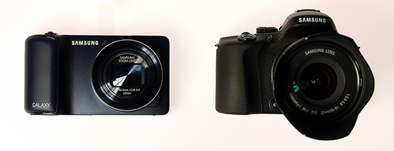 Links de Galaxy Camera, rechts de Samsung NX20