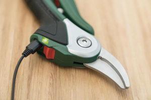 Bosch EasyPrune accusnoeischaar aan de lader