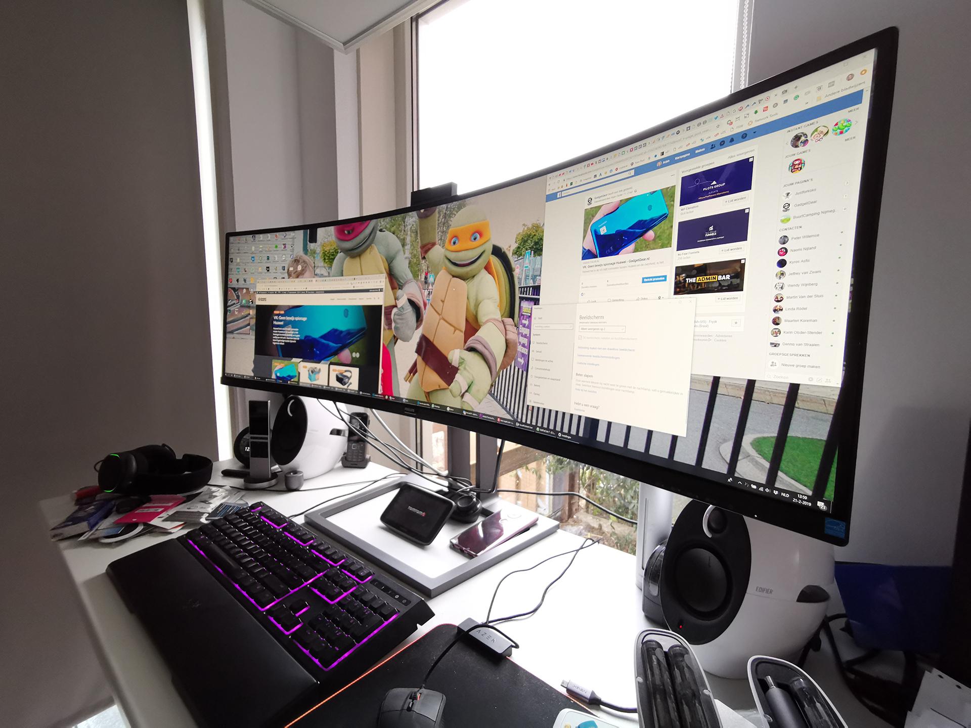 Philips 499P9H op een bureau